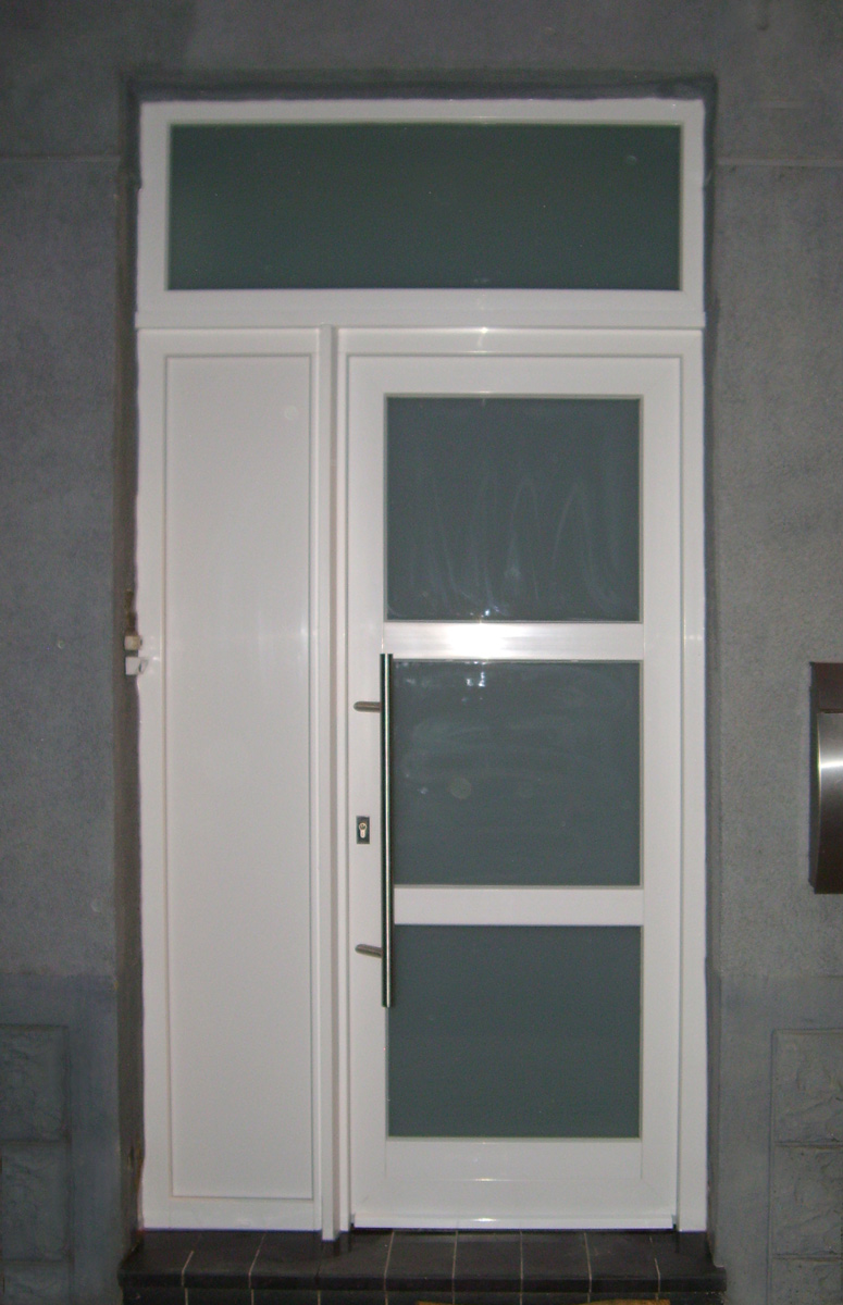 Porte blindée avec fixe en imposte, porte vitée et fixe avec panneau posé par MI Services et Europortes