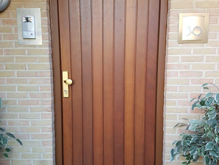 Porte blindée de rue avec finition bois-planchettes-placée par europortes -m.i. services
